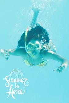 Grote achtergrond met een vrouw snorkelen