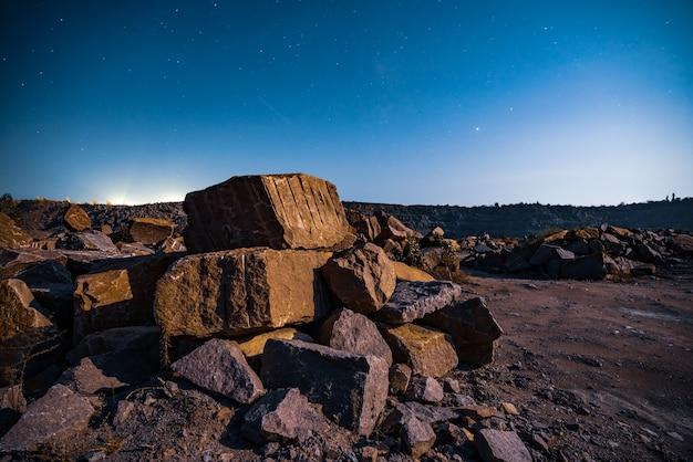 Grote afzettingen van steenmaterialen in de buurt van een mijnmijn