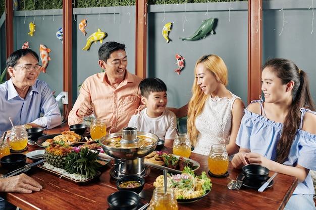 Grote aziatische familie die samen van diner geniet