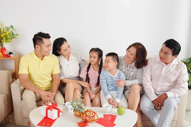 Grote aziatische familie verzamelde zich thuis om chinees nieuwjaar te vieren