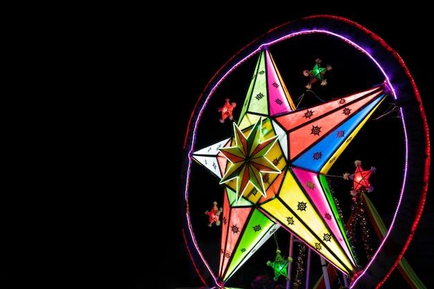 Grote banner van de sterren retro veelkleurige lichte decoratie op donkere achtergrond met exemplaarruimte.