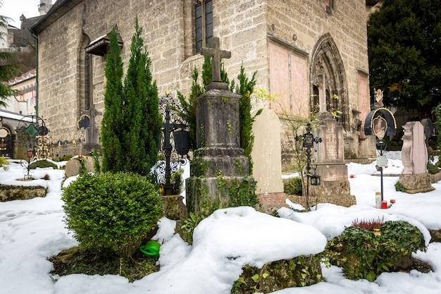 Grote begraafplaats bedekt met sneeuw op oud kerkhof