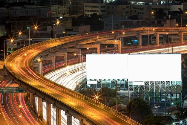 Grote billboards aan de kant van de snelweg