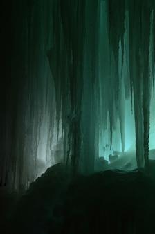 Grote blokken van ijs bevroren waterval of grot achtergrond