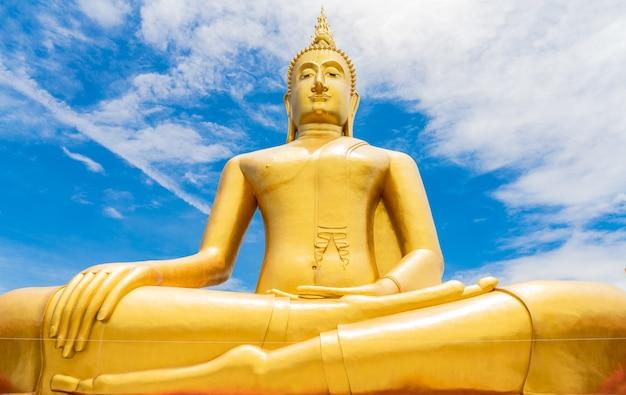 Grote boeddha en heilige draad in wat bang chak in thailand