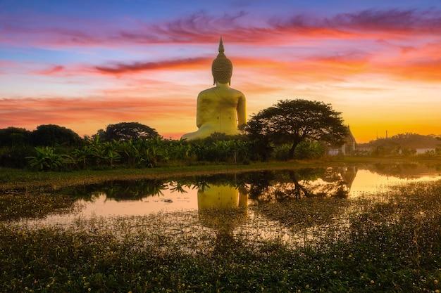 Grote boeddha in wat muang in het populaire boeddhistische heiligdom van de provincie ang thong in thailand.