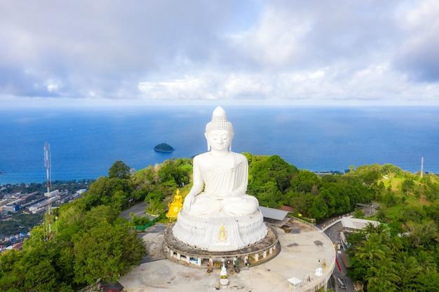 Grote boeddhabeeld werd gebouwd op een hoge heuveltop van phuket thailand.