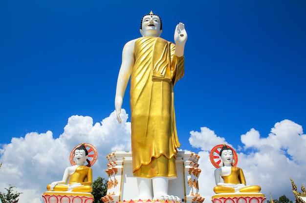 Grote boedha in wat phara that doi kham-tempel, chiang mai, thailand.
