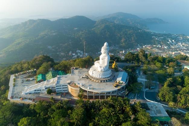 Grote boedha over hoge berg in schot van de de meningshommel van phuket thailand het lucht.