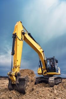 Grote bouwgraafmachine op de bouwplaats