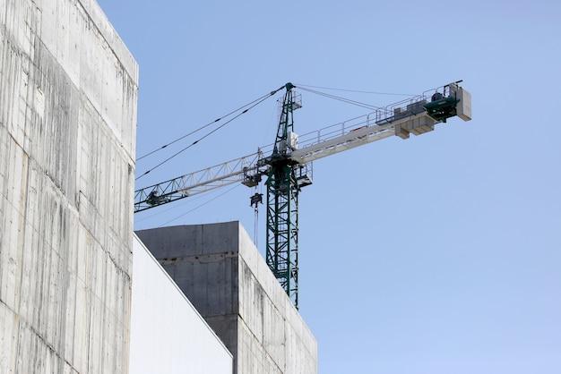 Grote bouwkraan bij de bouw van gebouwen