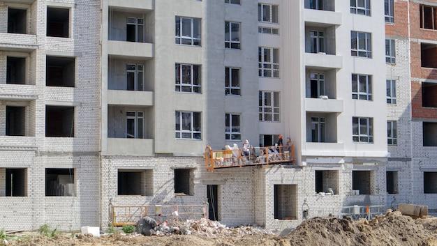 Grote bouwplaats. het proces van kapitaalconstructie van een hoogbouw wooncomplex. moderne woongebouw. betonnen gebouw, constructie, industriële site.