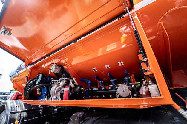 Grote brandstoftankervrachtwagen op de blauwe hemelachtergrond