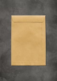 Grote bruine papieren a4-envelop op betonnen ondergrond