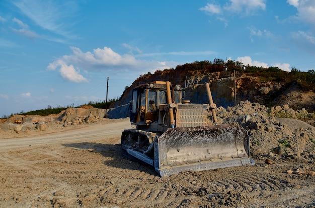Grote bulldozer die aarde grind en geologie graaft