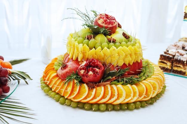 Grote cake met heerlijk fruit.