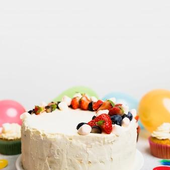 Grote cake met verschillende bessen op tafel