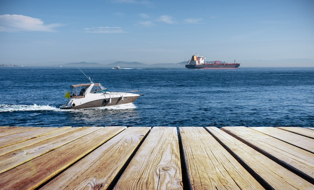 Grote chemische tanker en motorboot