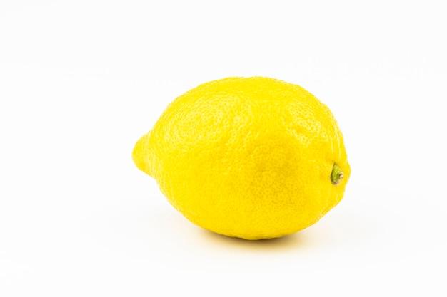 Grote citroen close-up geïsoleerd op een witte achtergrond.
