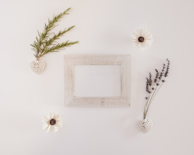 Grote compositie met een wit houten frame