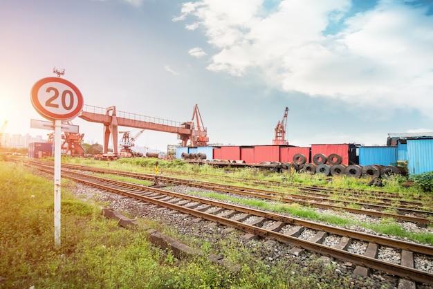 Grote containers aan de kant van de rail