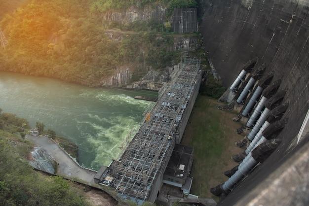 Grote dam voor stroomopwekking en waterkracht