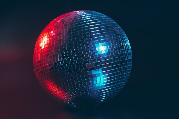 Grote dichte omhooggaand van de discobal op dark