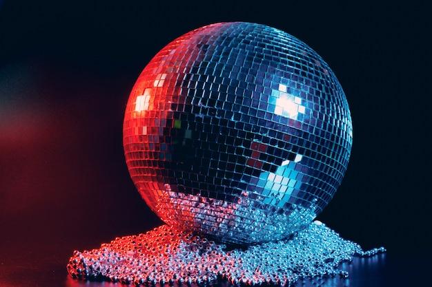 Grote dichte omhooggaand van de discobal op donkere achtergrond