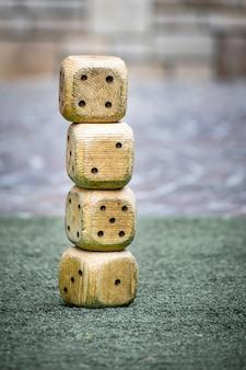 Grote dobbelstenen van hout op elkaar gestapeld