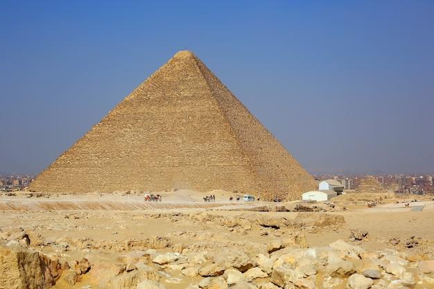 Grote egyptische piramide en landschap van gizeh, de stad caïro
