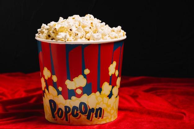 Grote emmer met heerlijke popcorn