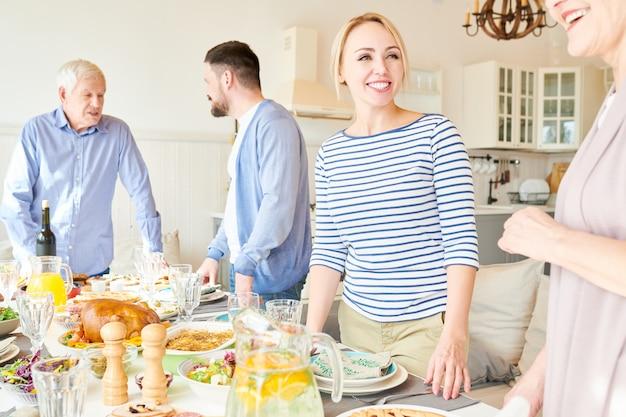 Grote en gelukkige familie diner tafel instellen