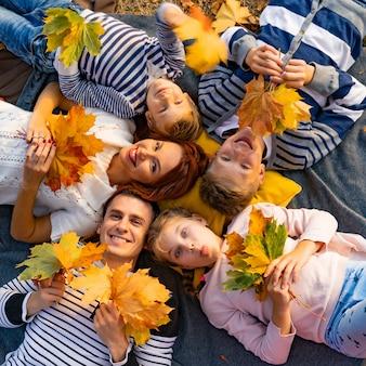 Grote en gelukkige familie in het park op een picknick