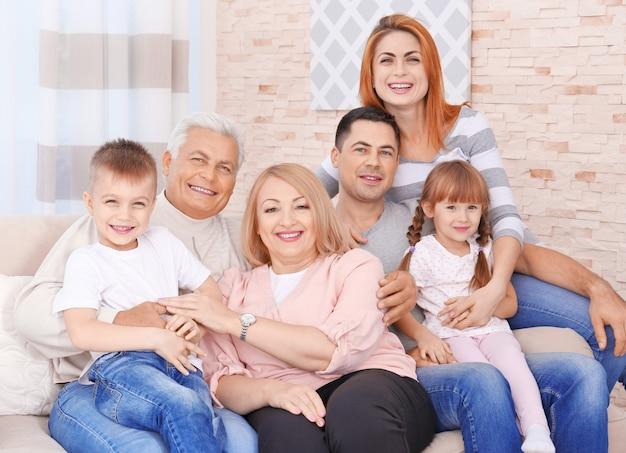Grote en gelukkige familie op de bank