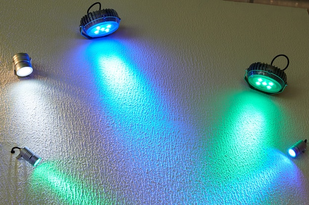 Grote en kleine gekleurde led spot aan de muur.