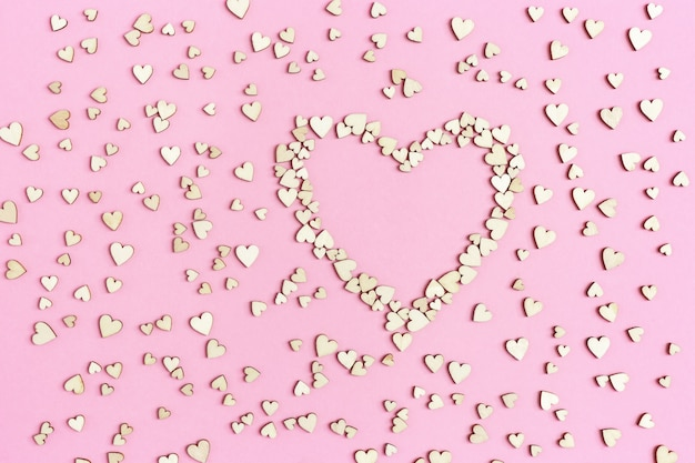 Grote en kleine harten op roze papier. vakantie achtergrond voor verjaardag