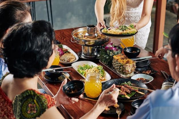 Grote familie die vakantiediner eet