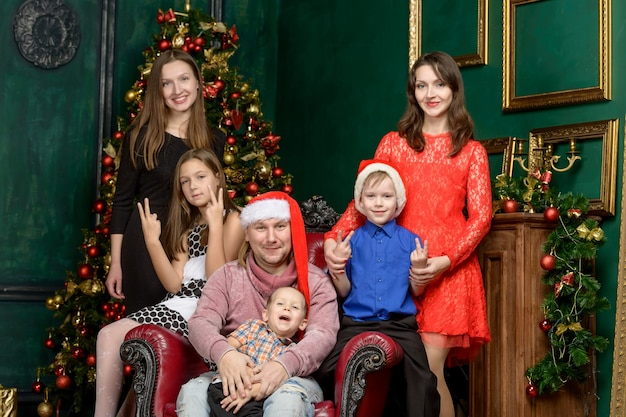 Grote familie grote familie op kerstavond. vakantie concept