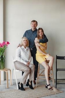 Grote familie komt samen voor een foto in een studio. familierelatie, gemnerations samen concept.