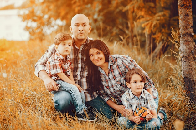 Grote familie spelen in een herfst park