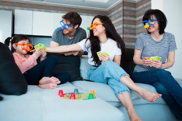 Grote familie thuis. allemaal samen een bordspel spelen.