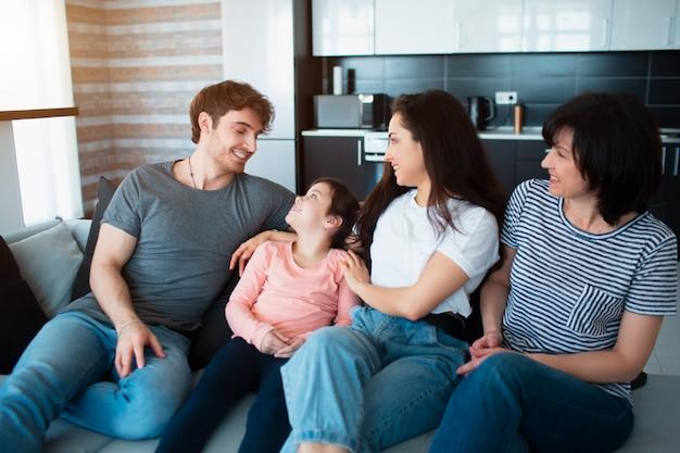 Grote familie thuis: broers en zussen. oma en kleindochter. kinderen en ouders. iedereen brengt thuis samen tijd door