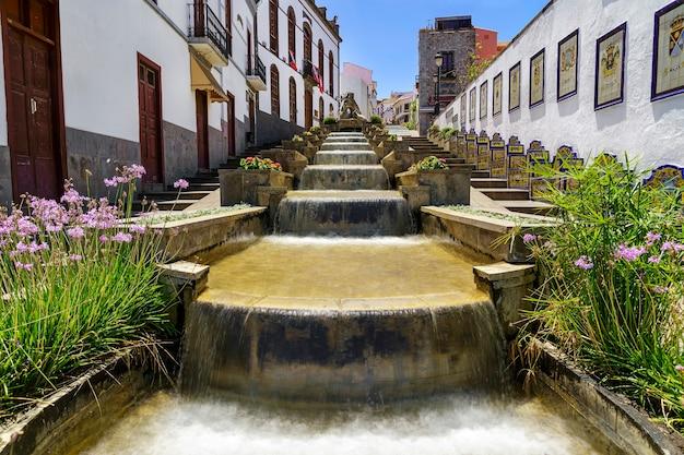 Grote fontein in het charmante dorpje firgas op gran canaria. water valt van de trap van de fontein. spanje. europa.