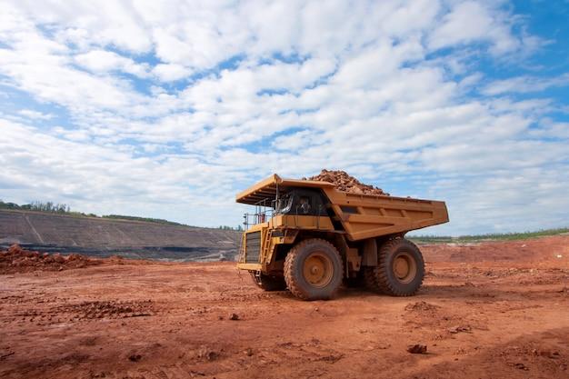 Grote gele mijnbouwvrachtwagen op het werkplaats