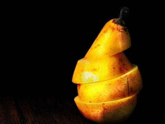 Grote gele peer. peer van plakjes.