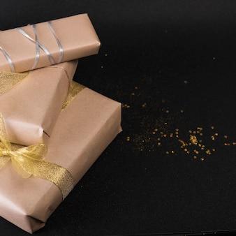 Grote geschenkdozen met lovertjes op tafel