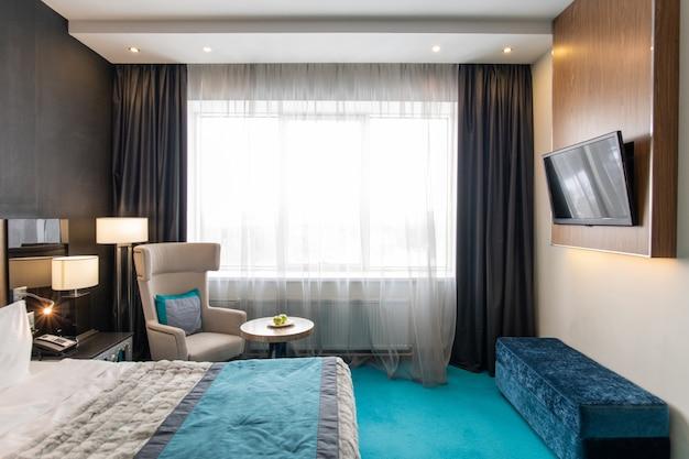 Grote gezellige slaapkamer in modern luxe hotel
