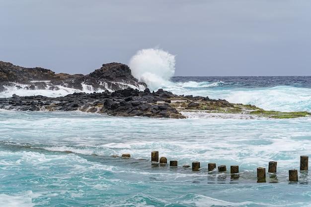 Grote golf die tegen de rotsen breekt aan de kust van gran canaria, spanje. europa.