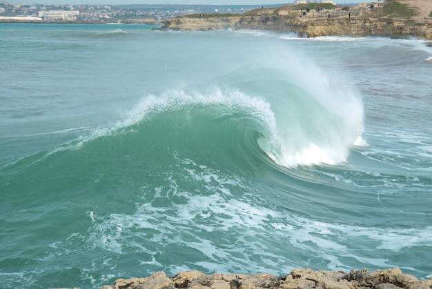 Grote golf met zeeschuim en blauw water