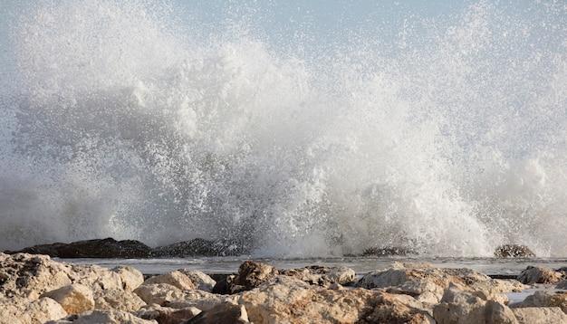 Grote golven beuken op de kust met zeeschuim
